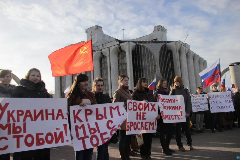 Многие принесли с собой плакаты и флаги