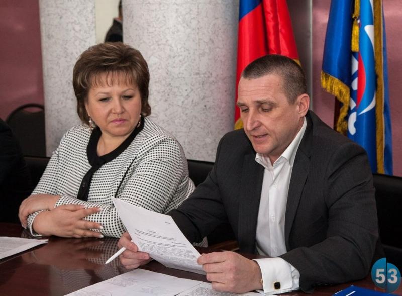 Председатель Новгородской областной Думы Елена Писарева и глава Валдайского района Александр Тарасов