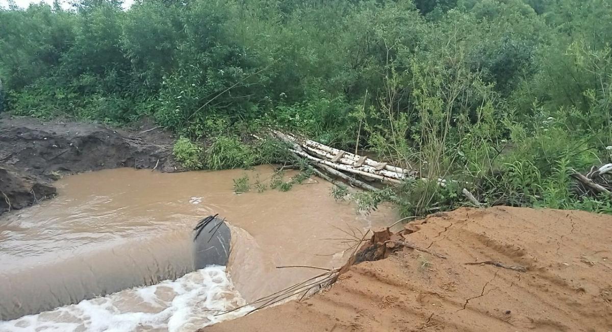 В Новгородской области из-за проливных дождей разрушены четыре участка дорог